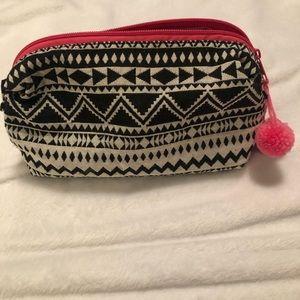 Other - 🎀NWOT- cute makeup bag!